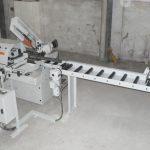 Table à rouleaux avec butée motorisée à commande bimanuelle